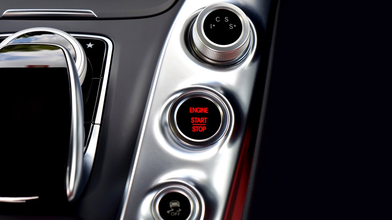 Кнопка запуска двигателя на приборной панели авто
